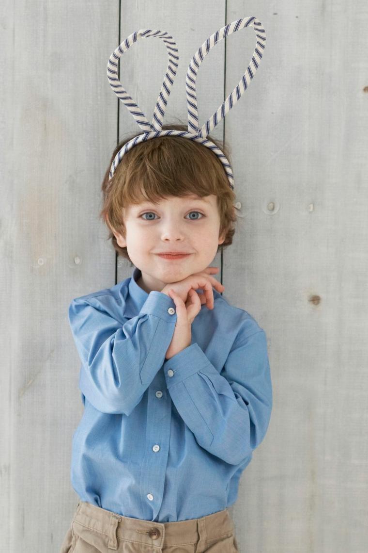 Bimbo con un cerchietto fai da te, forma orecchie di un coniglietto