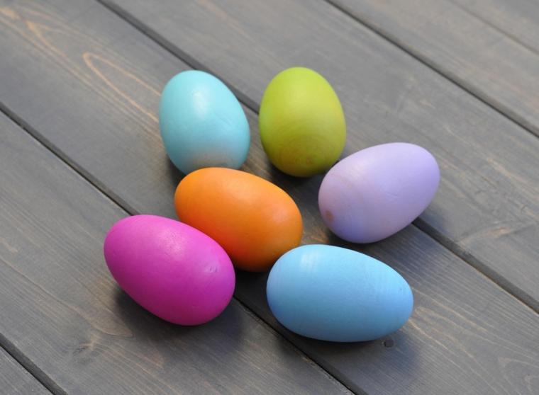 un esempio per delle decorazioni pasquali con delle uova colorate fucsia, azzurre, viola, arancione