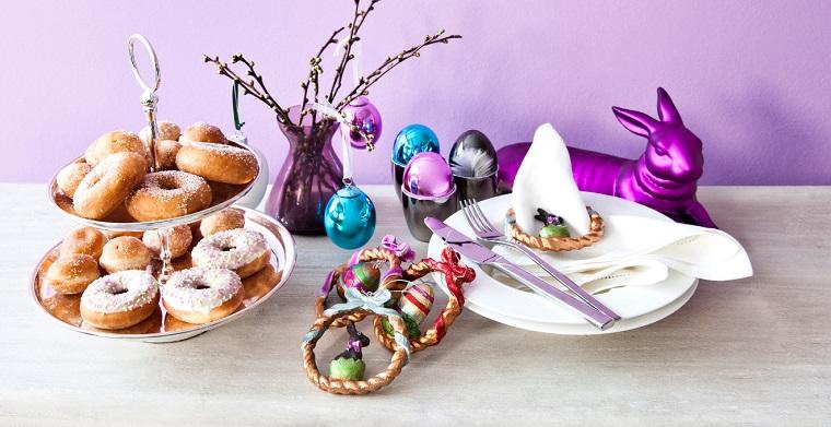 Idea lavoretti di pasqua semplici, coniglio decorativo colore viola, decorazioni e uova finte