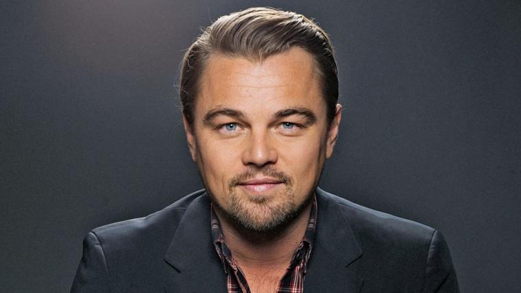 un'immagine sorridente dell'attore leonardo dicaprio con un taglio adatto ai capelli lisci e fini