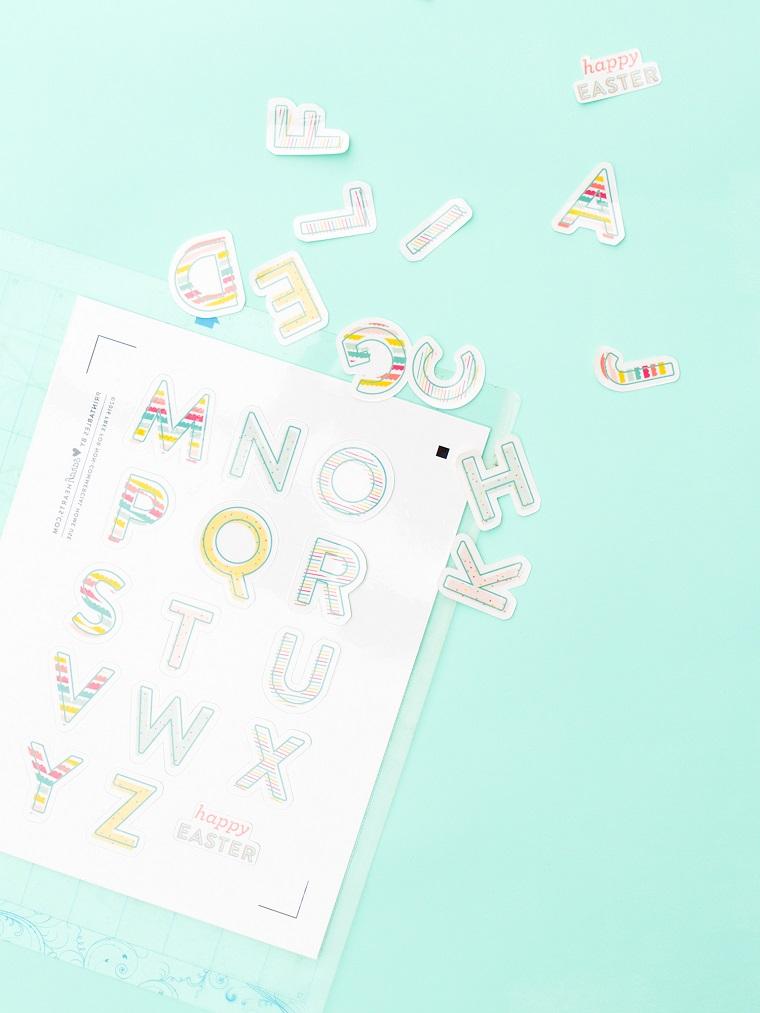 Lavoretti di pasqua fai da te, lettere colorate, sticker per decorare le uova