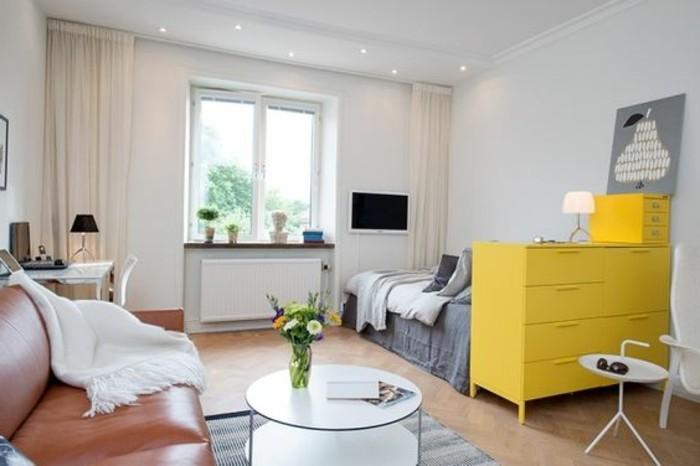 Come arredare un piccolo ambiente con un letto e un divano in pelle