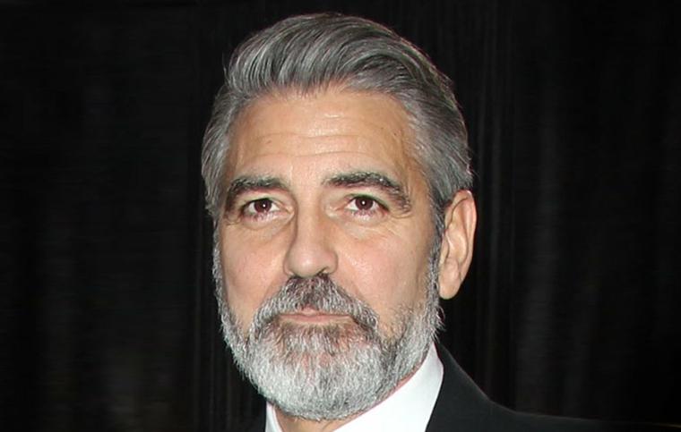 un'immagine dell'attore george clooney con i capelli e la barba brizzolati