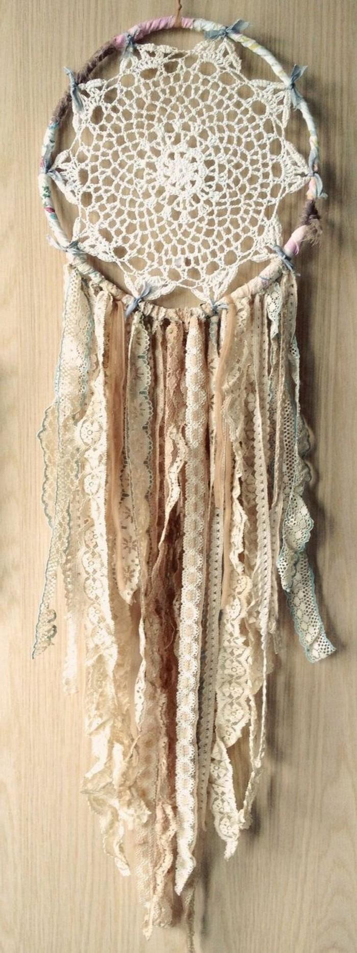 un'idea per come costruire un acchiappasogni usando del pizzi e delle strisce di tessuto decorate