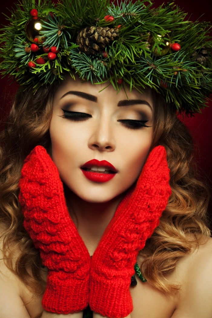 trucco per le feste di natale, ragazza con il rossetto rosso e i guanti di lana rossi