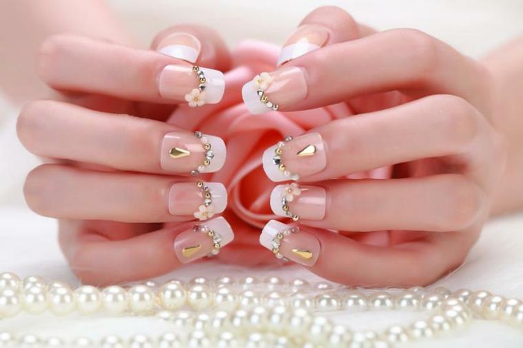 un'idea per realizzare delle french unghie con delle decorazioni con glitter e pietre dorate
