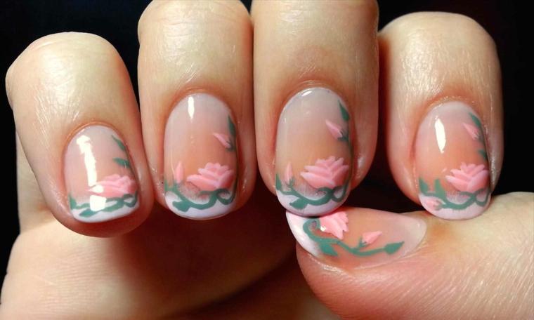 una proposta per unghie french molto elegante e delicata con dei fiori rosa chiaro