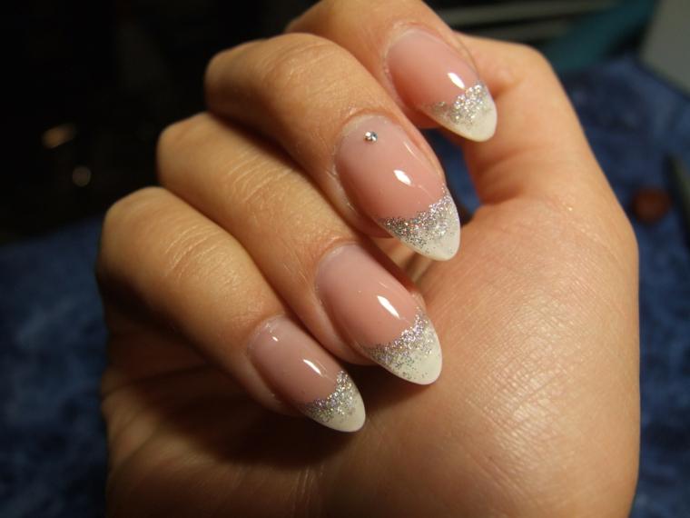 un esempio di french unghie immagini a stiletto con dei piccoli glitter argento