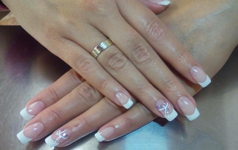 un'idea di unghie french in stile classico con l'anulare finemente decorato