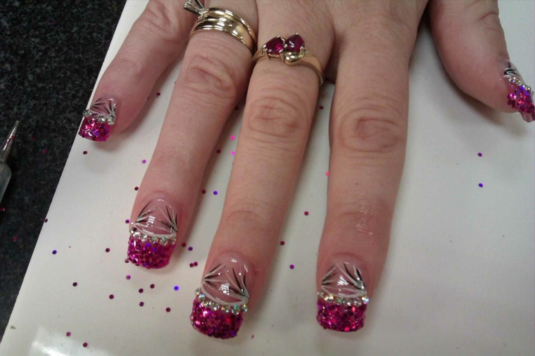 un'idea per gel unghie french scintillanti con smalto fucsia, glitter e decorazioni