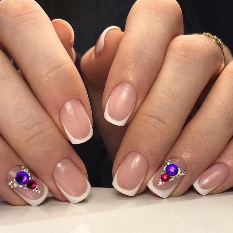 un'idea per realizzare una manicure gel unghie french classica impreziosita da glitter sull'anulare
