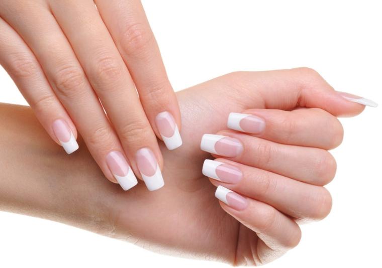 una proposta per unghie gel french classica su unghie lunghe e dalla forma squadrata