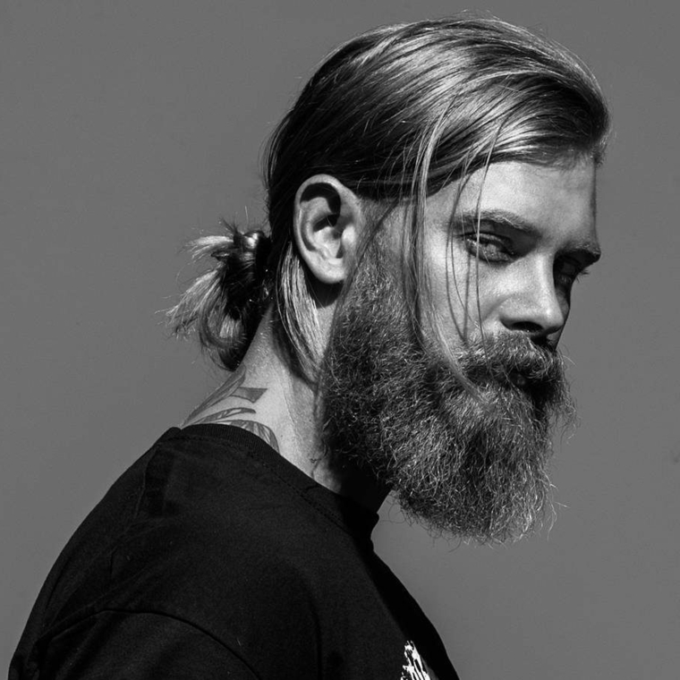 un'ottima proposta per taglio capelli maschile lunghi con la coda e barba molto lunga