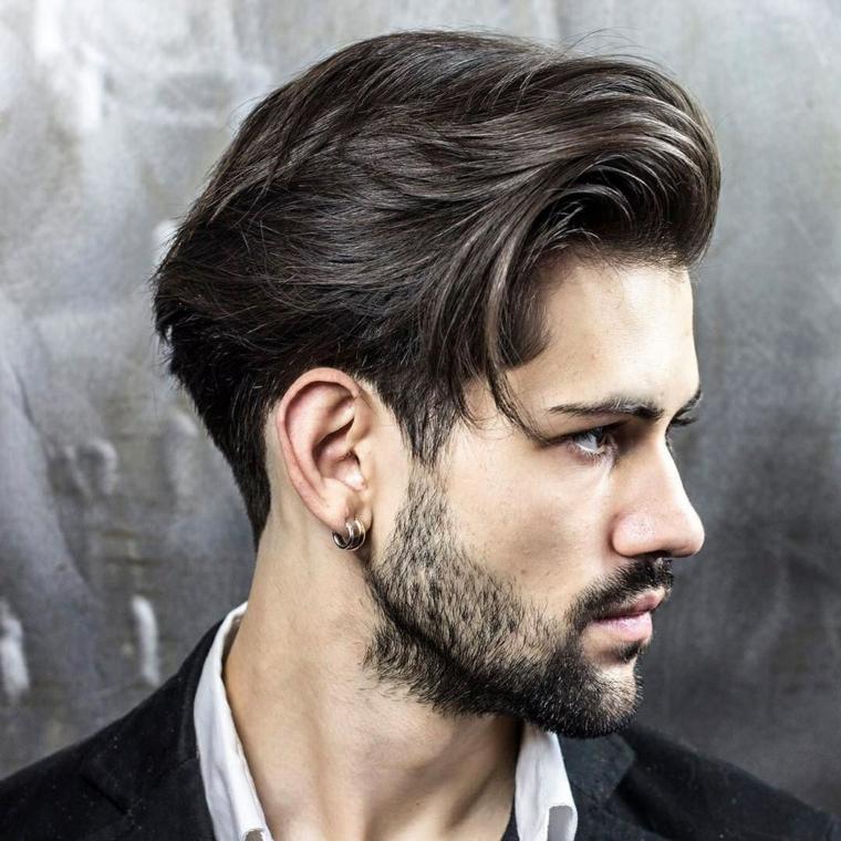 un'ottima proposta di taglio maschile con ciuffo lungo, barba e orecchini