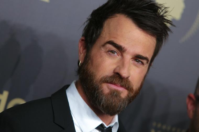un'ottima idea per un taglio capelli uomo corto con la barba lunga e un abito elegante