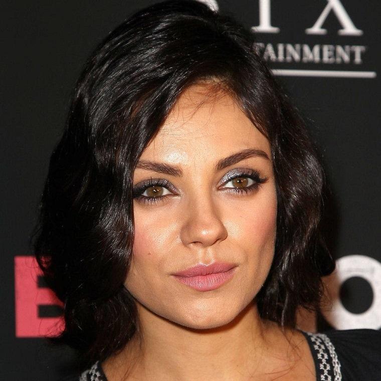 Il taglio bob lungo di Mila Kunis con leggere onde, colore capelli nero intenso con riflessi