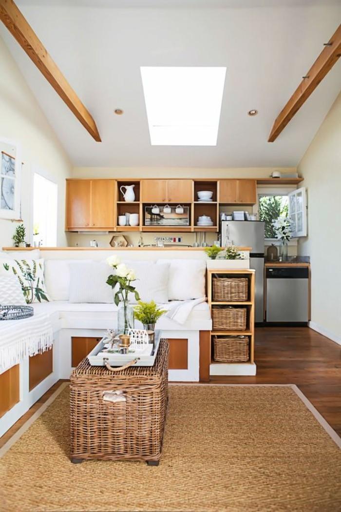 Salotto e cucina insieme, arredamento salotto con mobili in legno e accessori in rattan