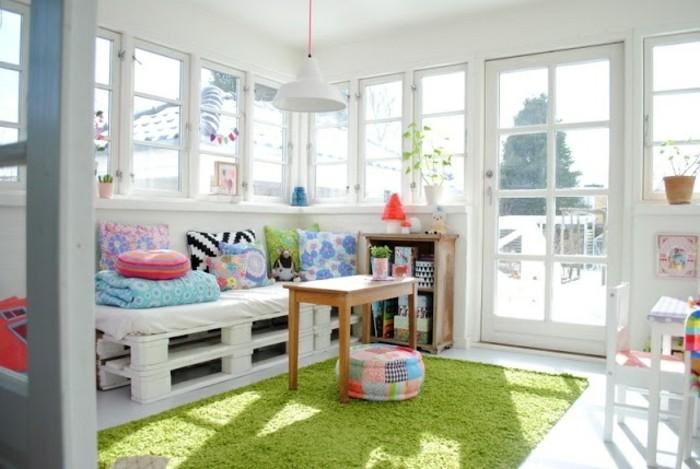 Come arredare il soggiorno con un divano bancali fai da te, decorazioni con cuscini colorati
