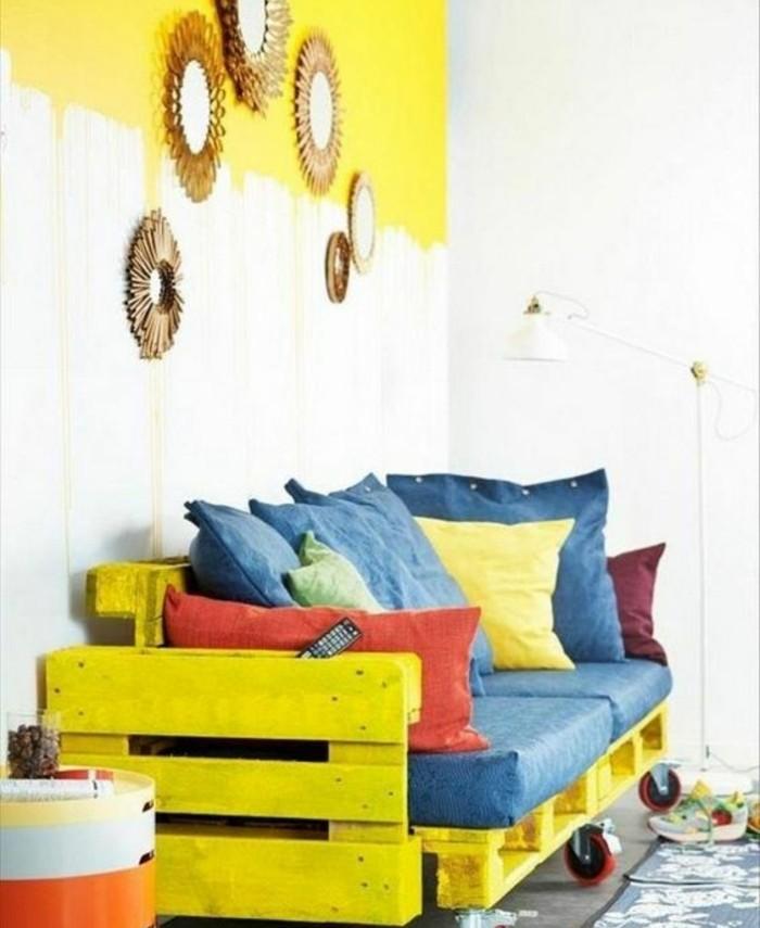 Idea arredamento con divani con bancali, un'idea con uno dipinto di giallo con rotelle per spostarlo