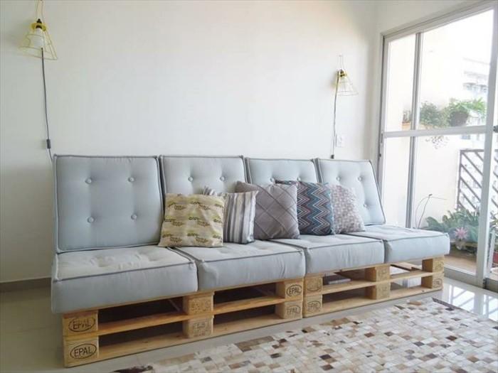 Cuscineria colore grigio, divani in pallet e un'idea fai da te con due bancali per la base