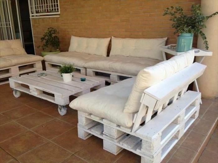 Idea arredo giardino con divano pallet, dipinto vernice bianca e decorato con materassini e cuscini