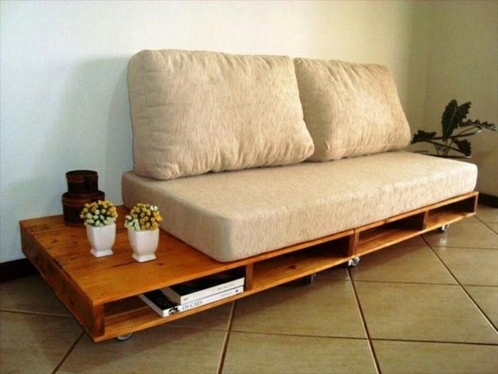 Idea divani in pallet, arredamento soggiorno con un divano fai da te, decorazione con cuscini e schienale