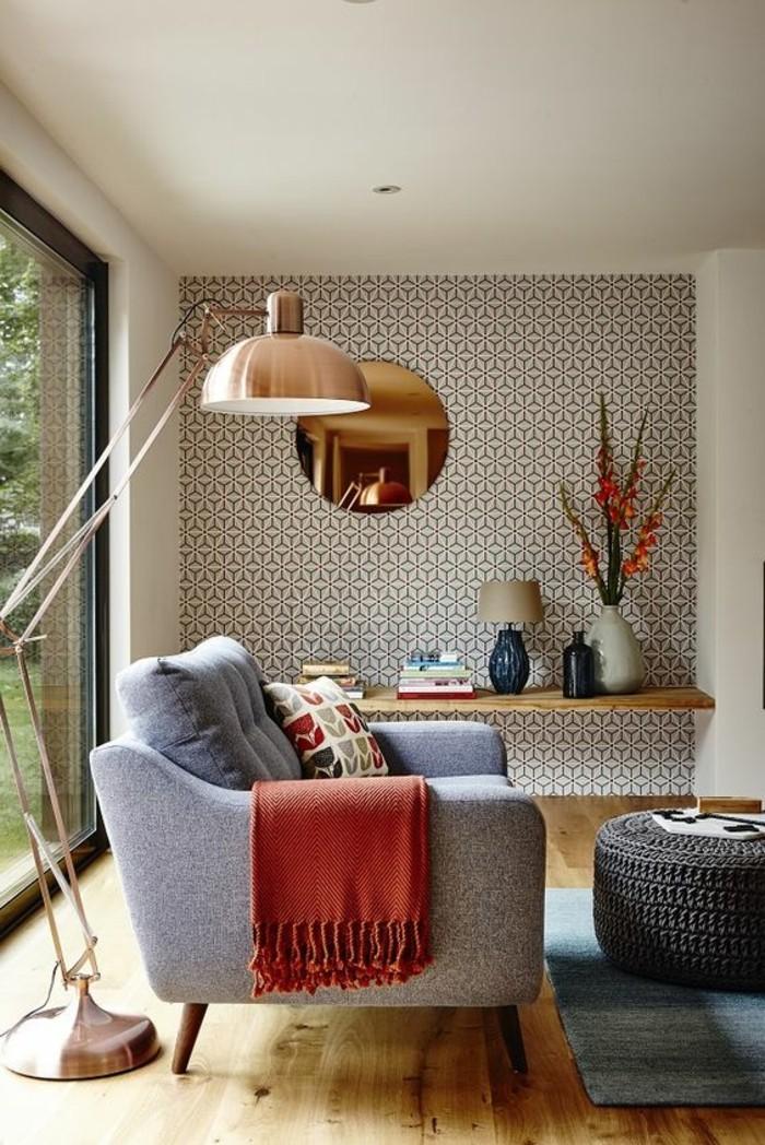 Soggiorno arredato con mobili in stile contemporaneo e decorato con una lampada da terra e uno specchio rotondo