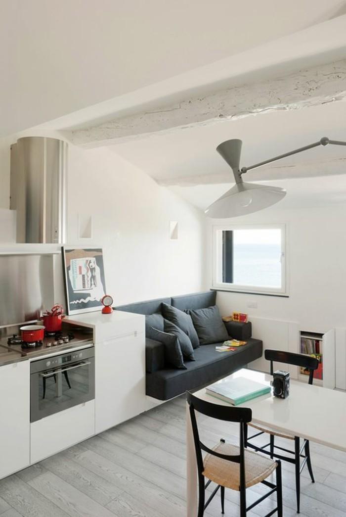 Salone moderno con cucina piccola di colore bianco, open space moderno con mobili in legno