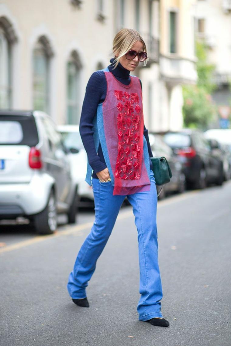 Blue jeans in abbinamento ad un top di colore rosso con decorazioni
