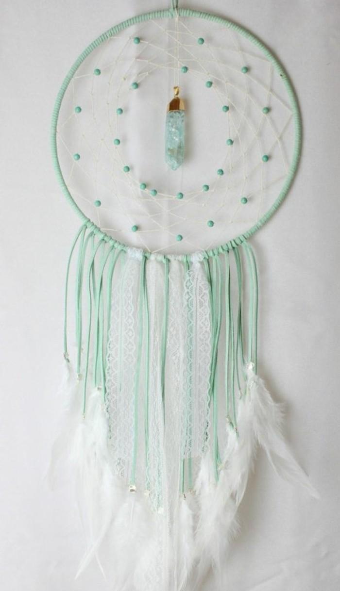 un esempio di acchiappasogni elegante con nastri verdi e bianchi, perline verdi all'interno della ragnatela