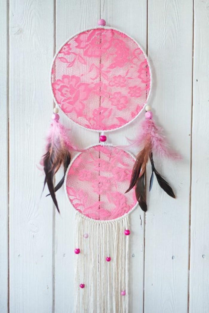 un'idea per come costruire un dream catcher con due cerchi e della stoffa rosa con dei motivi floreali