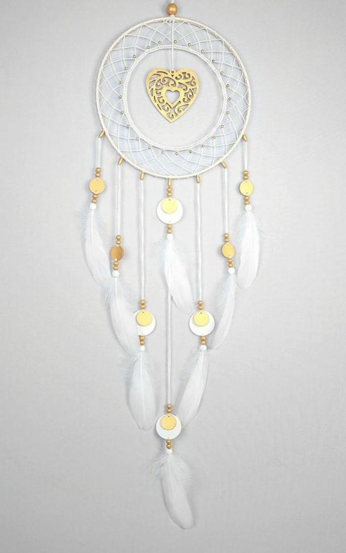 un esempio di dream catcher molto elegante e grazioso con piume bianche e dettagli dorati