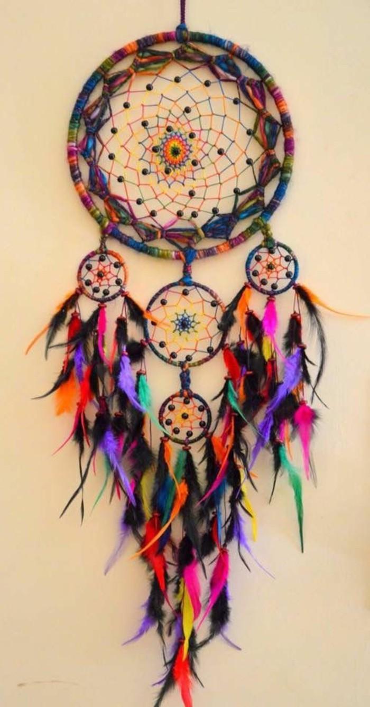 una proposta di immagini di acchiappasogni multicolore con un cerchio grande e quattro piccoli