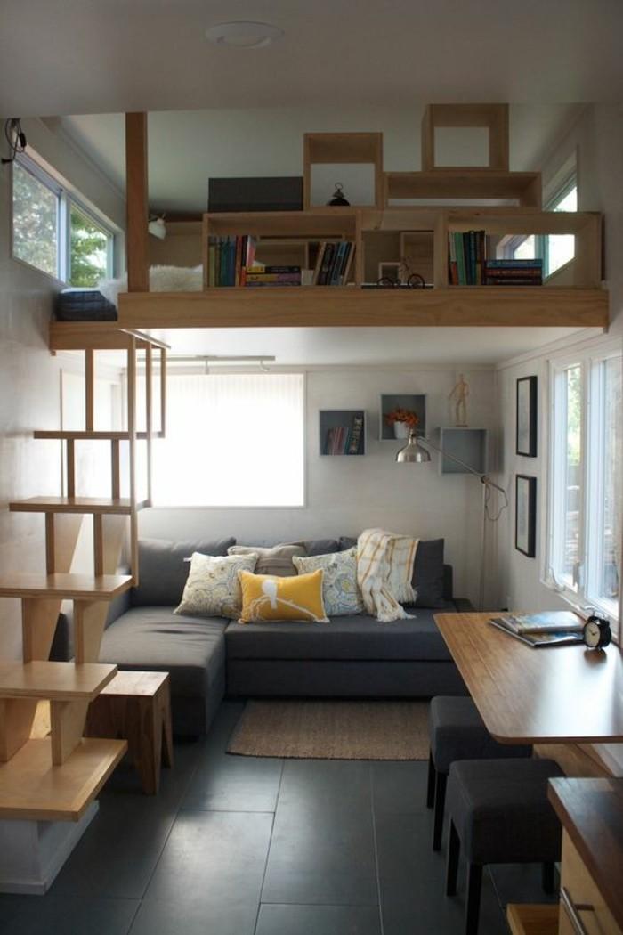 Arredare un monolocale con soppalco in legno, soggiorno con un divano in tessuto forma ad L