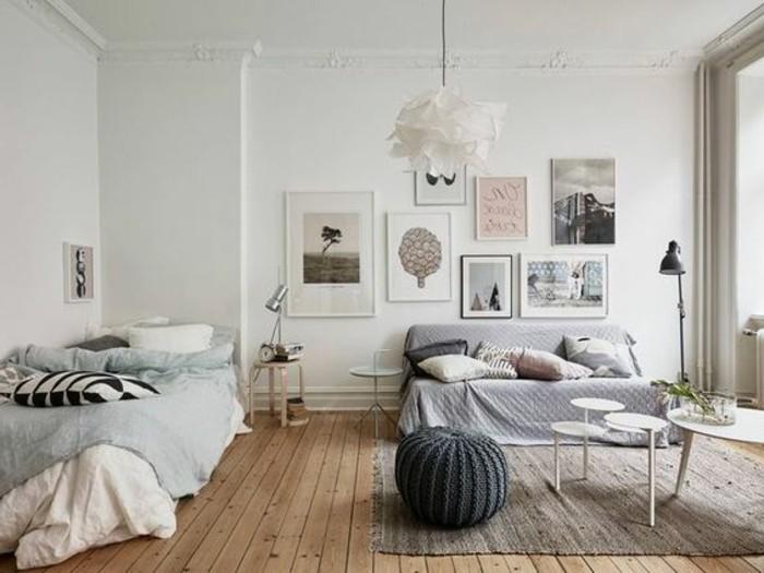 Mobili salotto moderni di colore bianco e grigio abbinati parete bianca, zona notte integrata