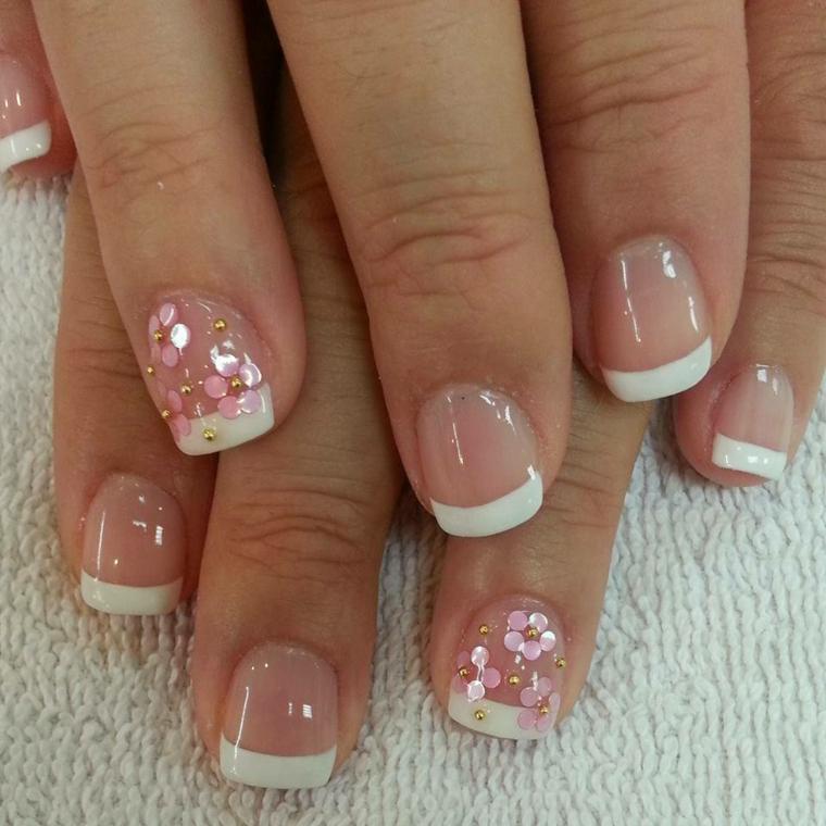 una proposta per realizzare delle unghie gel french ideali anche per un matrimonio con l'anulare decorati con dei fiori
