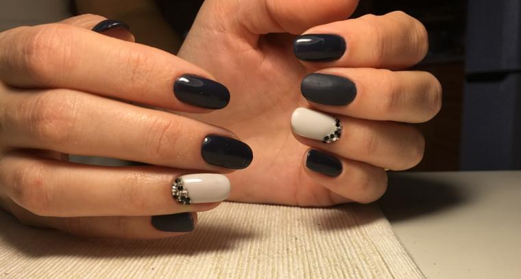 Idea per unghie estive di colore nero, accent nail dito anulare base bianco e brillantini