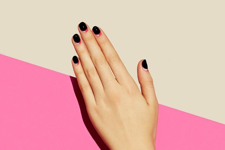 Unghie decorate con una french manicure inversa, bicolore rosa e beige, manicure forma quadrata