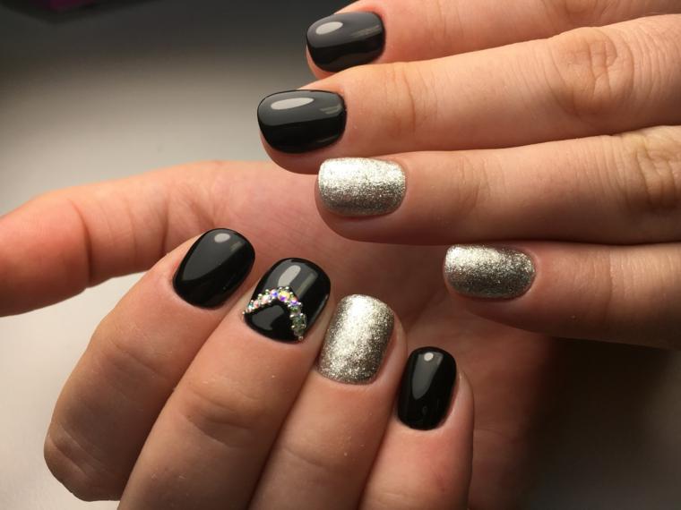 Decorazioni unghie gel colore nero, accent nail argento e piccole perline