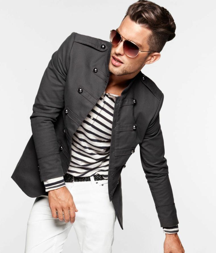 una splendida proposta per taglio capelli uomo di tendenza, giacca in stile militare e maglia a righe, occhiali da sole
