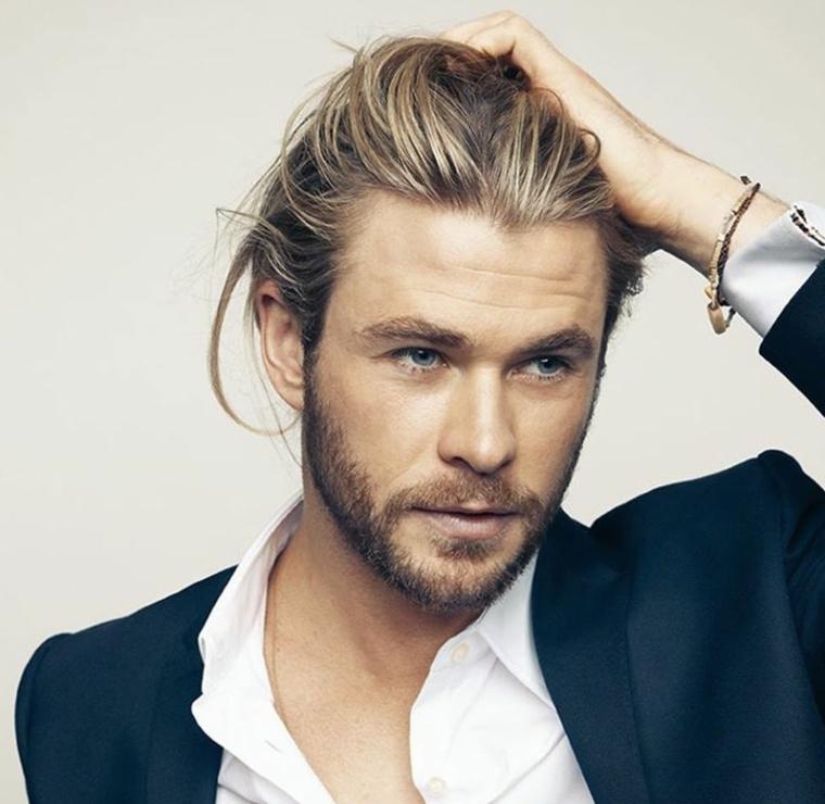 bellissimo ragazzo con i capelli lunghi biondi, barba e occhi azzurri, giacca e camicia