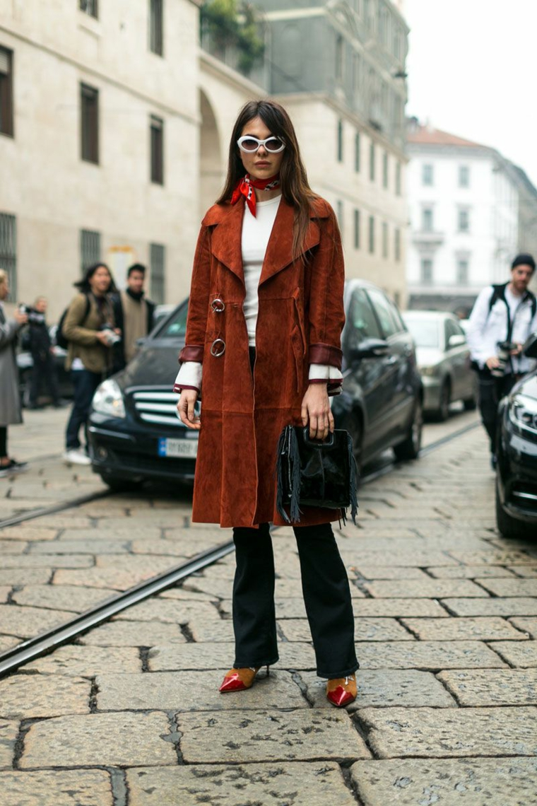 Cappotto lungo marrone, come abbinare i colori, donna con jeans neri a palazzo
