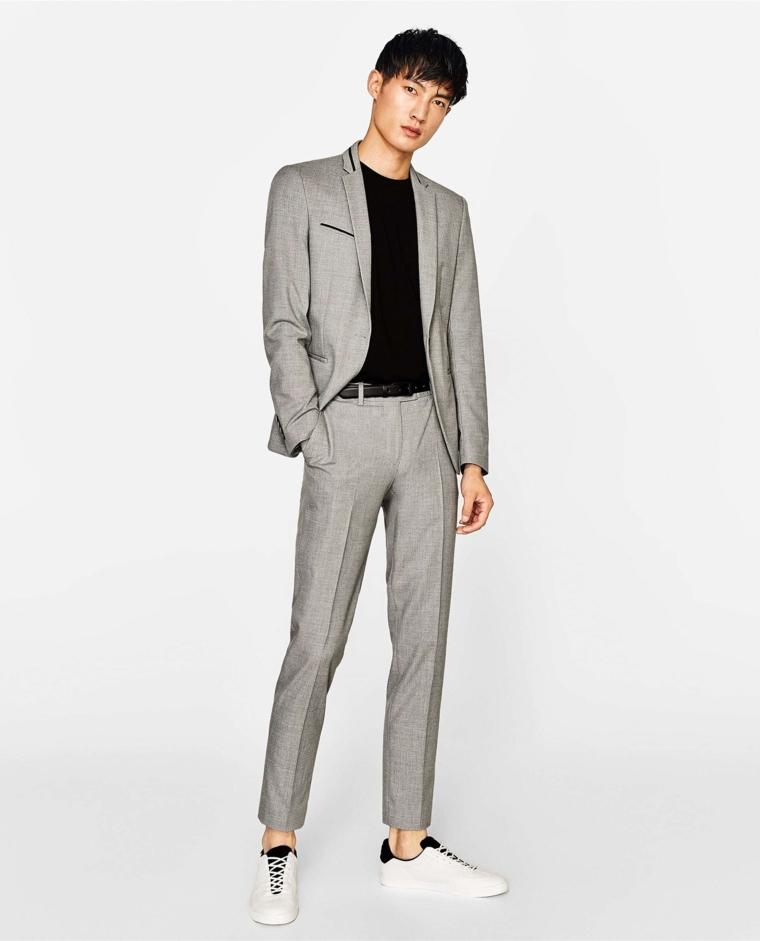 Pantalone e giacca di colore grigio in combinazione ad una t-shirt nera, abbinamento colori vestiti uomo