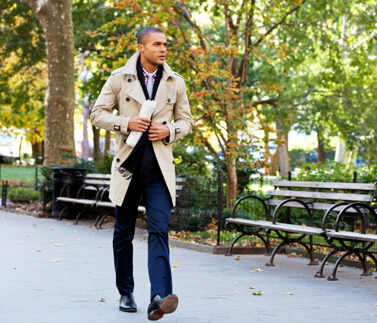 Moda autunno per uomo, combinare i jeans al trench di colore grigio