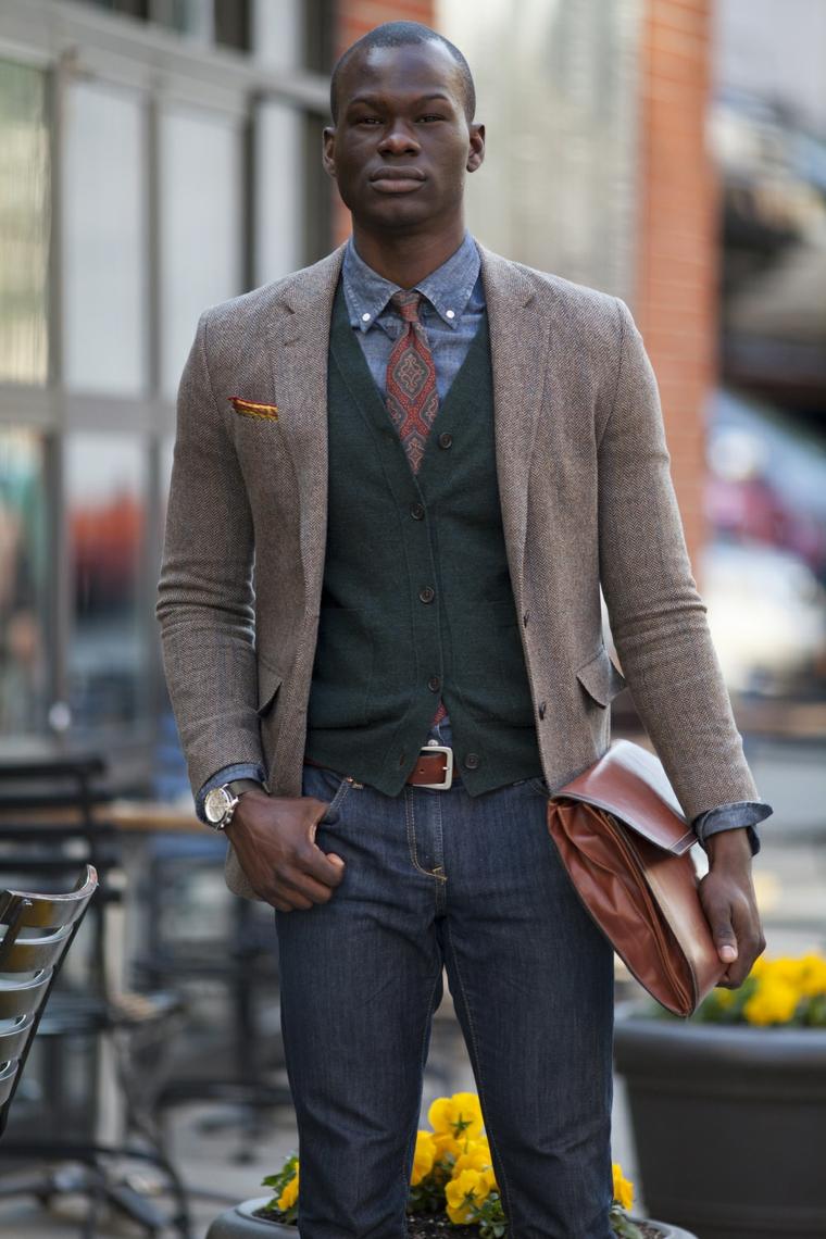 Vestiti smart casual, blu jeans con cintura in pelle e giacca, abbinamento ad una borsa maschile