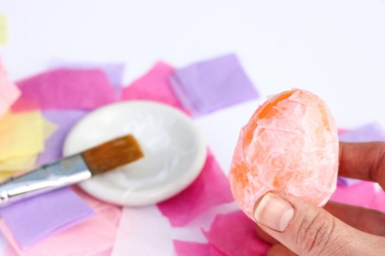 Come decorare le uova di plastica, incollare la carta crespa con pennello e colla vinilica