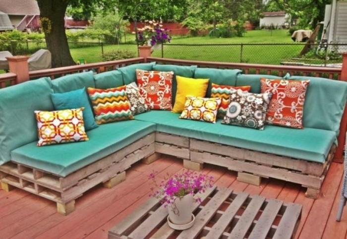 Idea mobili con bancali, arredamento esterno, decorazioni con cuscini e fiori