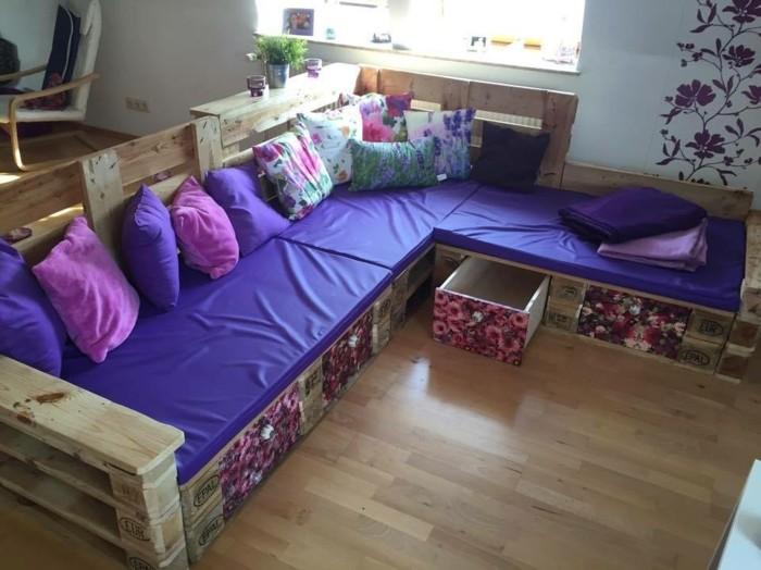 Mobili con pallet, idea per un divano fai da te con cassetti, decorazioni disegni floreali