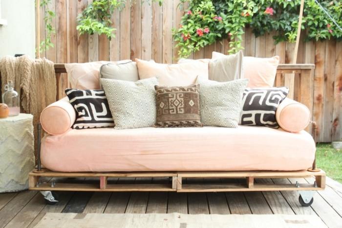Come realizzare un divano pallet fai da te, confortevole e decorato con tanti cuscini colorati