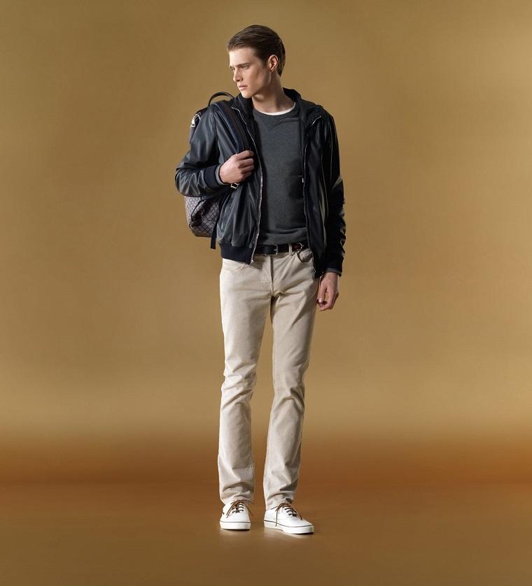 Uomo casual con pantalone grigio e giacca in pelle, abbinamenti vestiti allo zaino